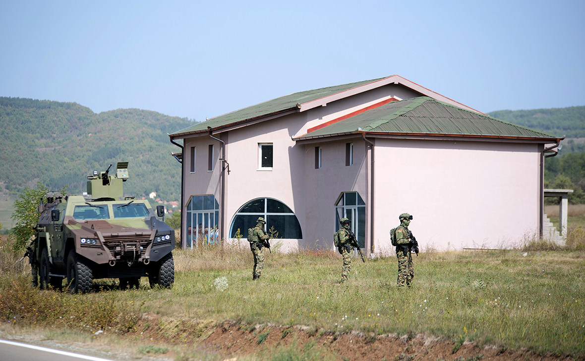 Cолдаты сербской армии в пограничной с Косово деревне.