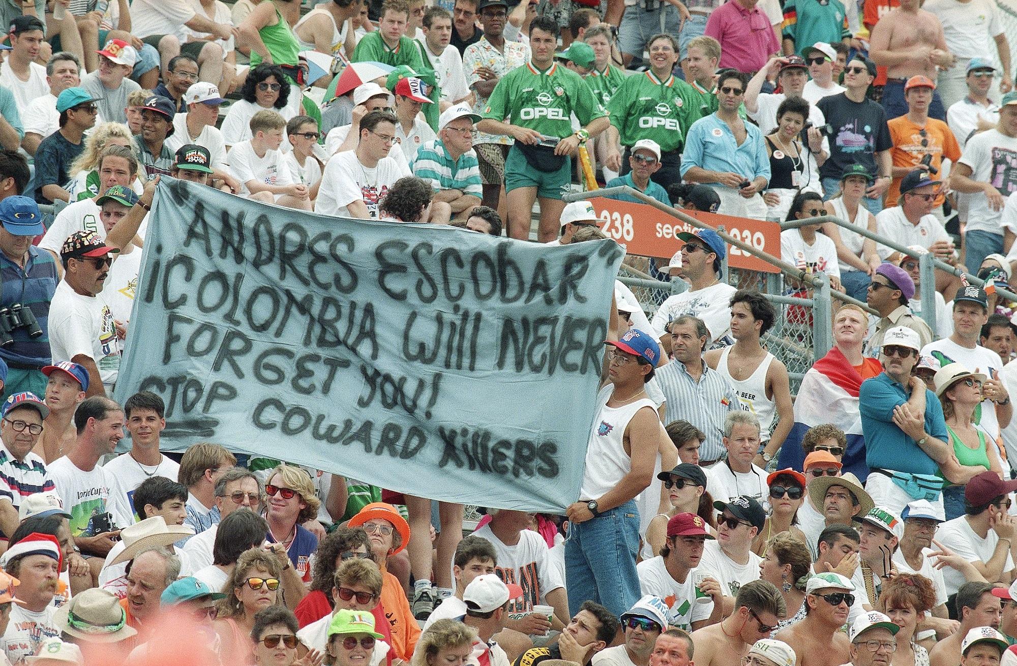 4 июля 1994 года. Орландо, США. Болельщики держат плакат в память об Андресе Эскобаре во время матча 1/8 финала чемпионата мира между сборными Нидерландов и Ирландии (2:0)