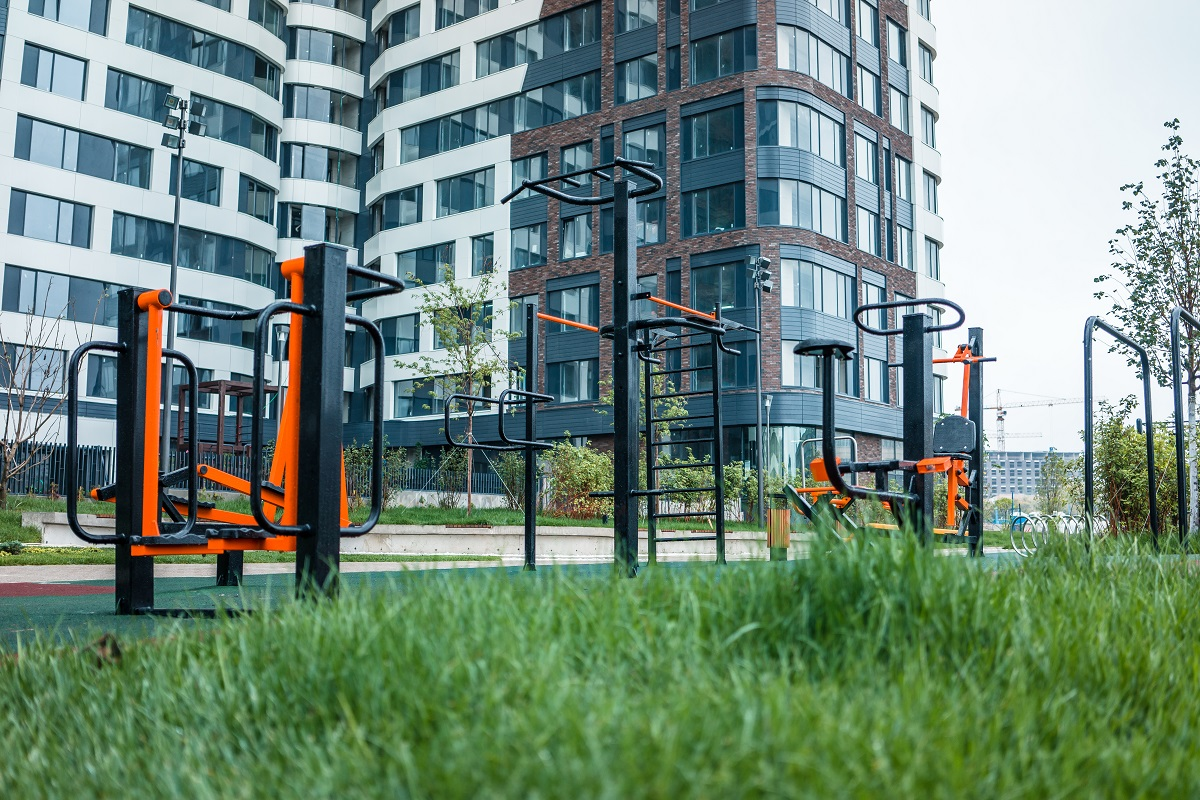 На спортивной площадке установлены тренажеры и оборудование для воркаута. Здесьже есть газон для занятий йогой