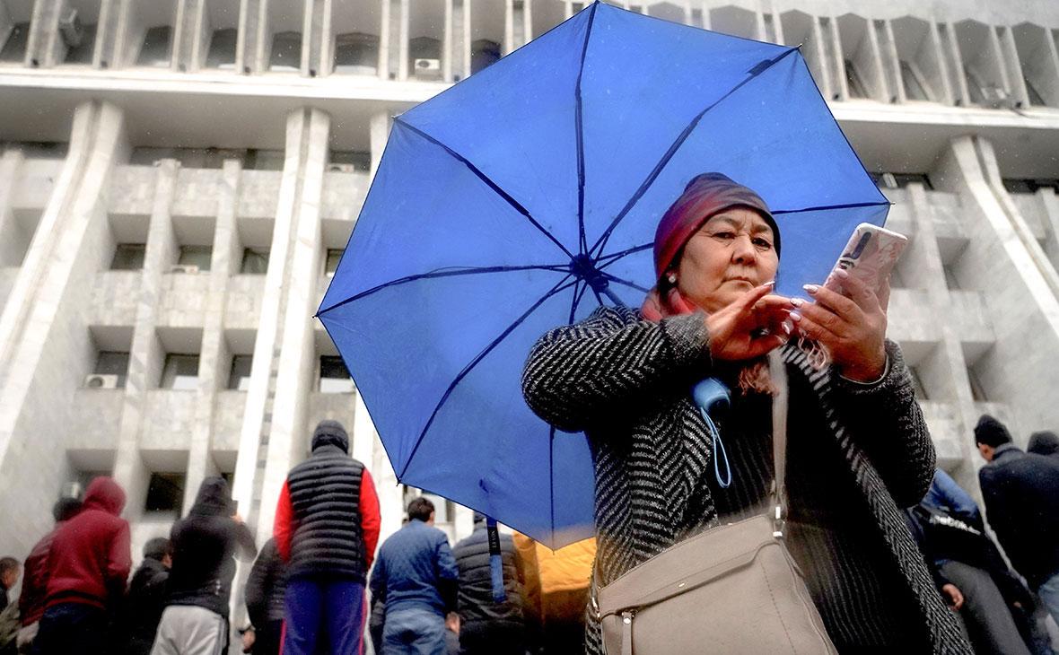 Жители Киргизии у здания парламента страны