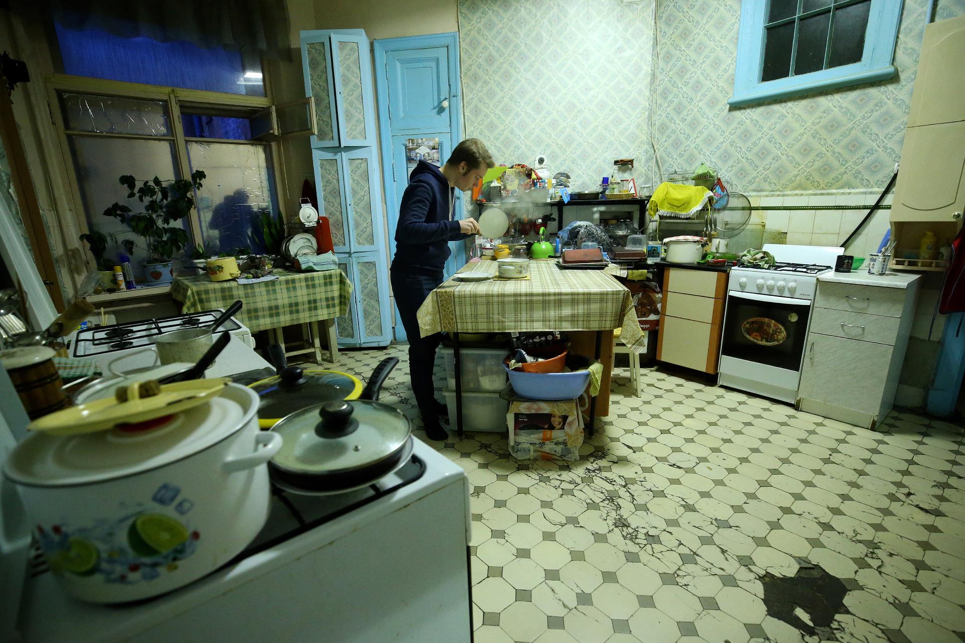 На кухне коммунальной квартиры
