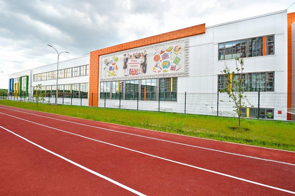 В спорткомплекс школы входят пять спортзалов (два больших и три малых). Площадь каждого из больших залов составляет 556 кв. м, малых — 200 кв. м