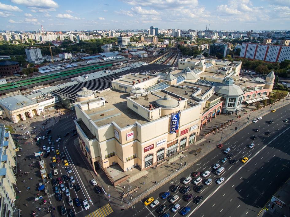 Вид на Курский вокзал, наземный вестибюль станции метро «Курская» и торгово-развлекательный комплекс «Атриум»