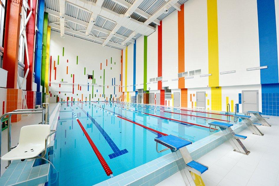 В школе есть бассейн размером 275 кв. м. Он оснащен специальным оборудованием, предназначенным для облегчения перемещения детей с ограниченными возможностями