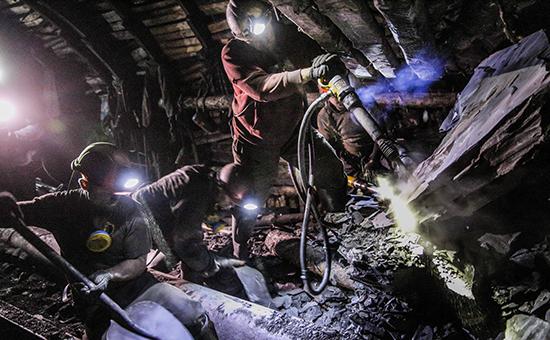 Рабочие натерритории шахты. Архивное фото