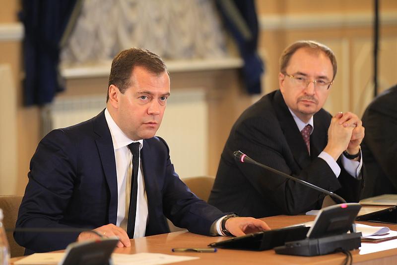 Премьер-министр РФ Дмитрий Медведев и ректор Санкт-Петербургского государственного университета Николай Кропачев