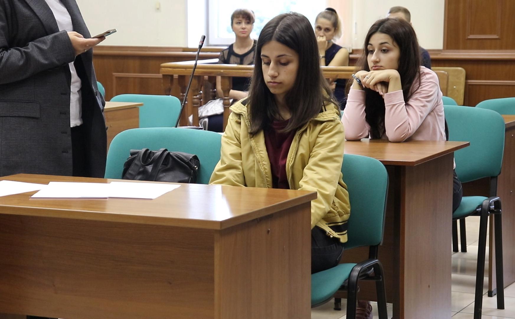 Сестры Ангелина (на переднем плане) и КрестинаХачатурянв суде