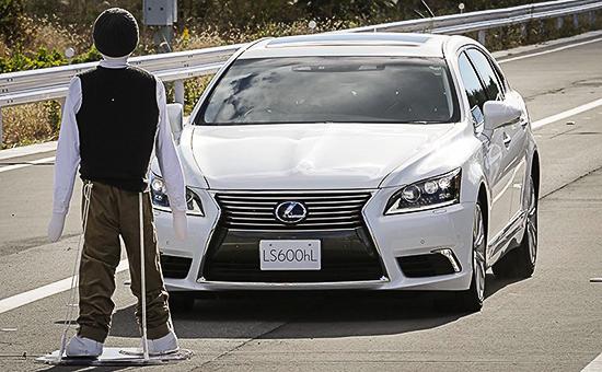 Lexus LS научили останавливаться на красный свет, предотвращать съезд с дороги и распознавать пешеходов