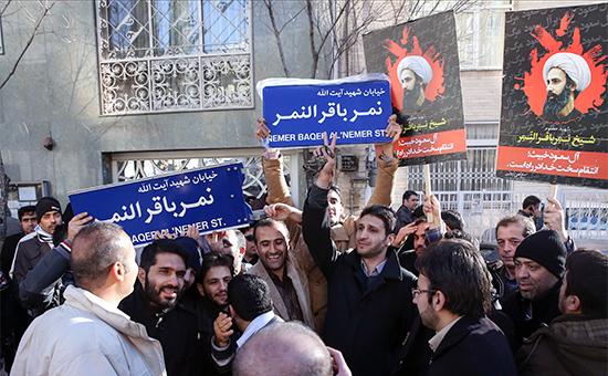 Протестующие у посольства Саудовской Аравии в Тегеране после казни шиитского проповедника Нимра аль-Нимра