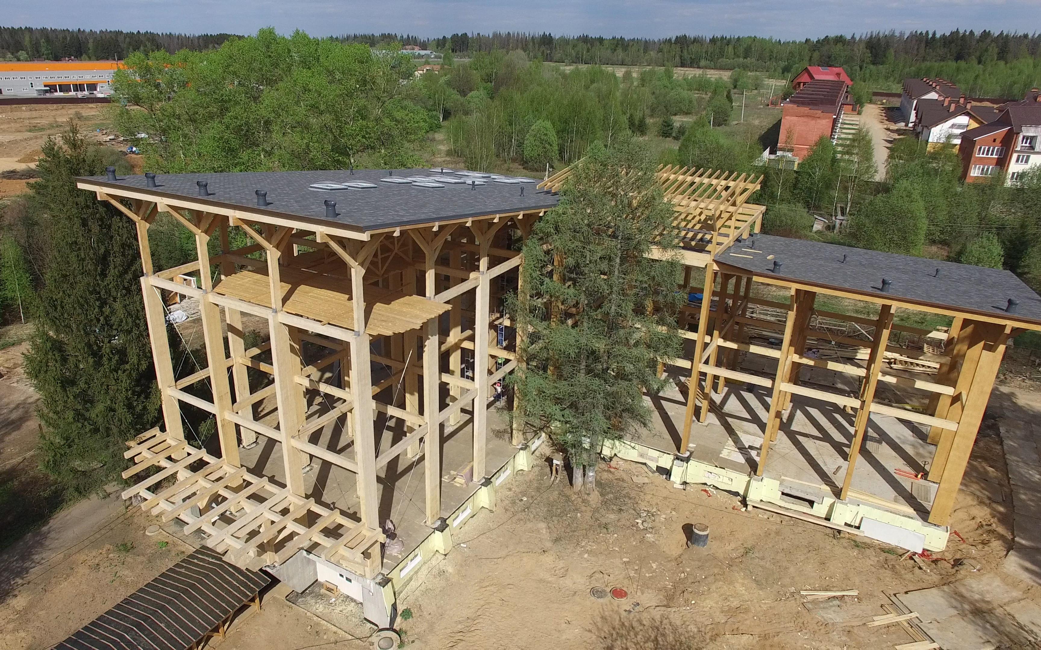 Правила, позволяющие строить деревянные здания высотой до 28м, были утверждены в 2019 году. На фото— строительство самого высокого деревянного здания в России— Good Wood Plaza