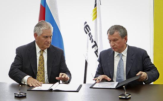 Игорь Сечин иРекс Тиллерсон вовремя подписания соглашения. 15 июня 2012 года