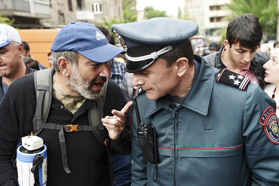 Руководитель оппозиционной парламентской фракции «Елк» Никол Пашинян (слева)