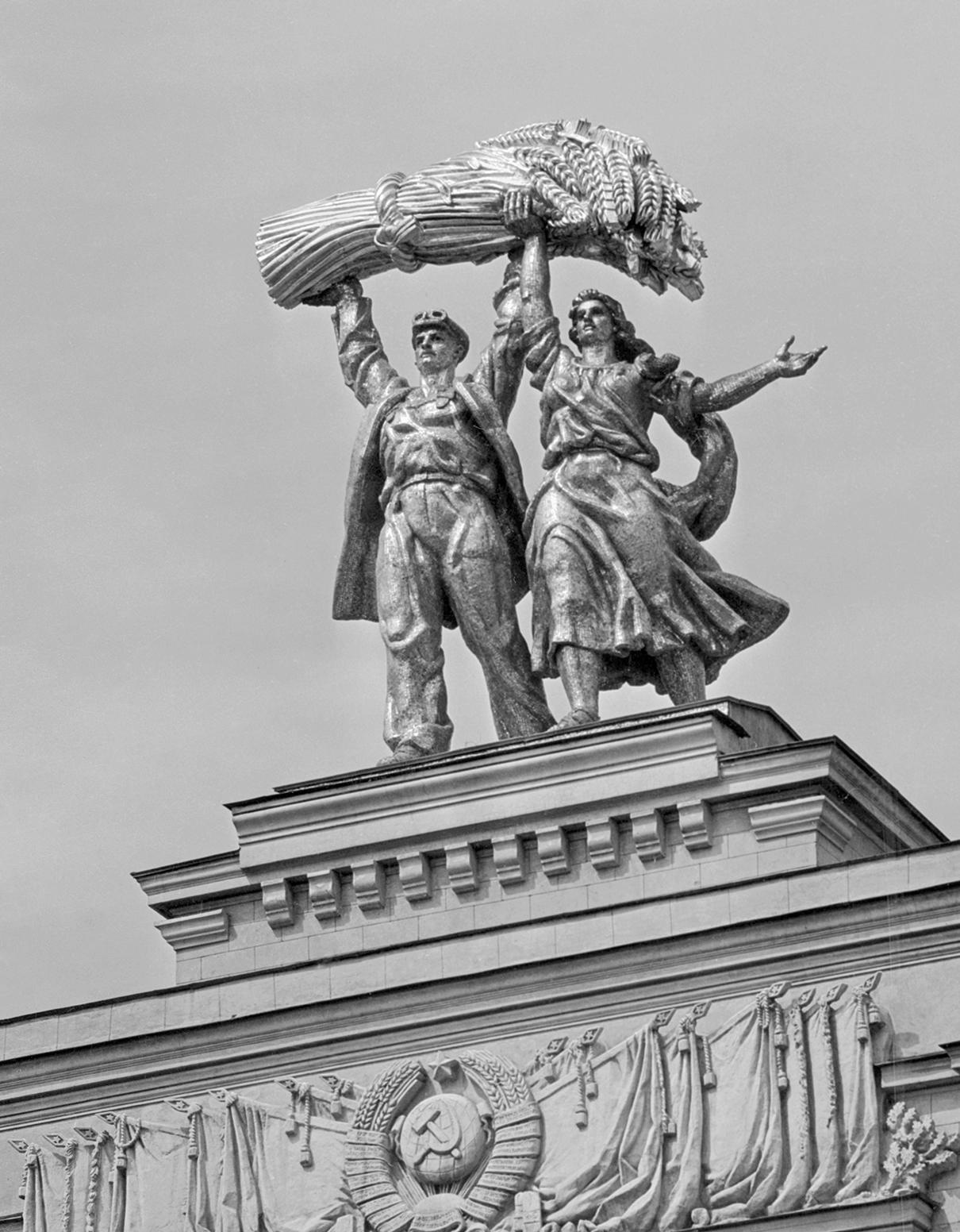 Скульптура «Тракторист и колхозница» (1954 г.) на арке главного входа ВСХВ. Автор композиции Сергей Орлов