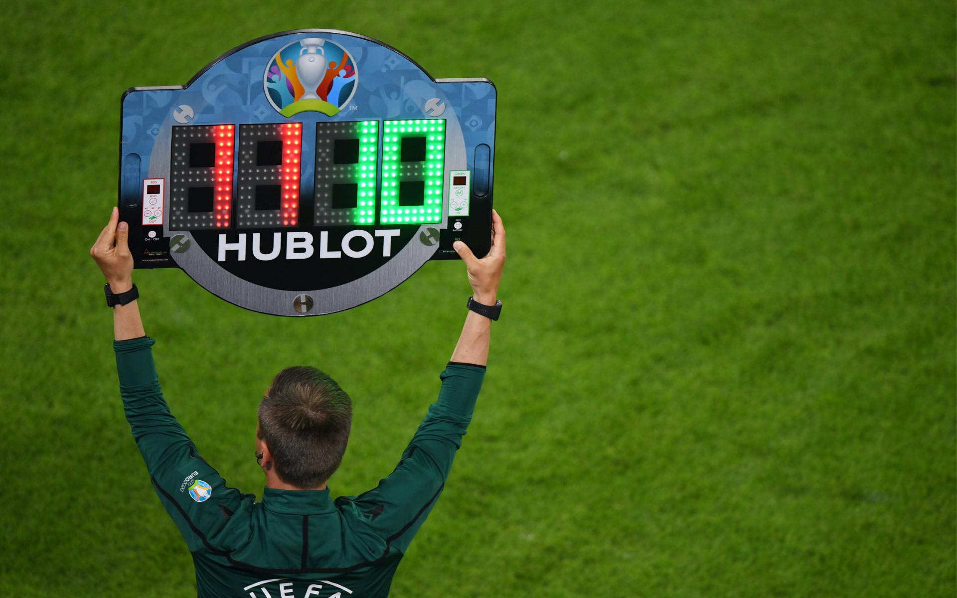Спонсор УЕФА на табло рефери