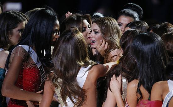 Участницы конкурса«Мисс Вселенная –2015» утешаютпредставительницу Колумбии АриаднуГутиерес (в центре)
