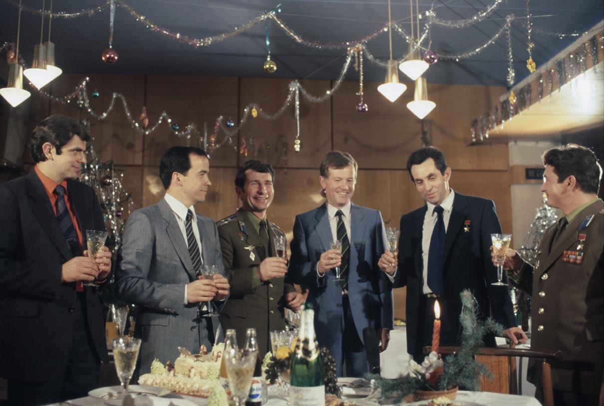 Съемки телевизионной передачи «Новогодний огонек». В съемках приняли участие советские и французские космонавты. 1981 год