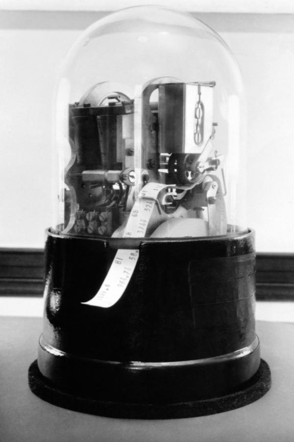 Биржевой тикерный аппаратсо стеклянным куполом