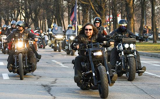 Лидер мотоклуба «Ночные волки» Александр Залдостанов, также известный как Хирург (в центре)