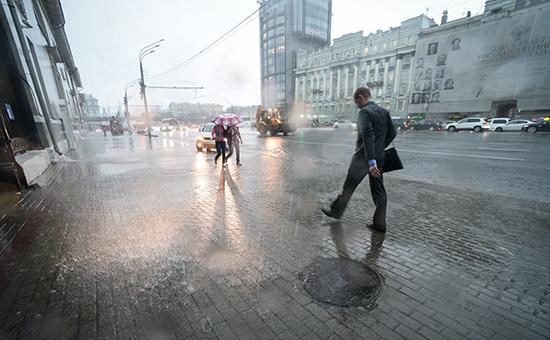 Прохожие во время сильного дождя в Москве