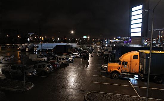Дальнобойщики, выступающие против системы «Платон», на парковке торгового центра «Мега-Химки»