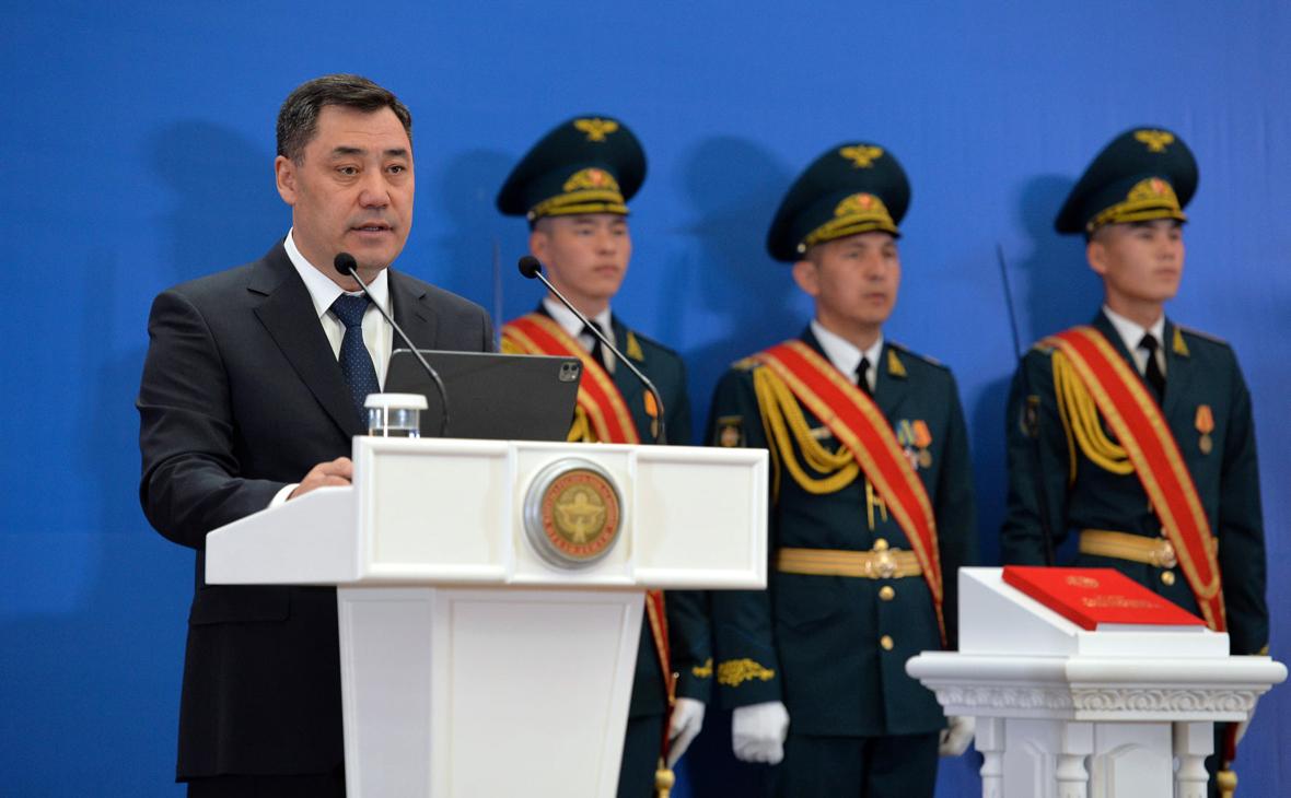 Садыр Жапаров (слева)