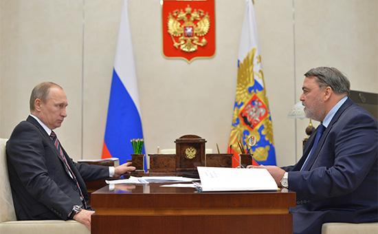 Президент России Владимир Путин и руководитель Федеральной антимонопольной службыИгорь Артемьев (слева направо) во время встречи в резиденции Ново-Огарево