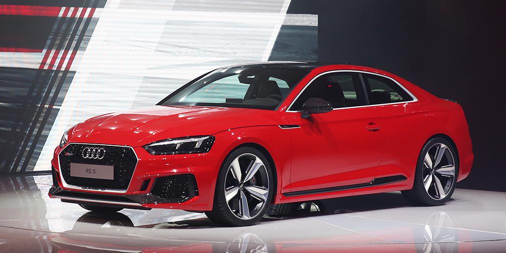 Новое купе Audi RS5 теперь сильнее отличается от обычных двухдверок за счет расширенных колесных арок, меньшего клиренса и больших воздухозаборников в переднем бампере. Новый турбомотор V6 объемом всего 2,9 л развивает те же 450 л.с, что и предыдущий агрегат. RS5 стал легче и динамичнее: разгон до 100 км/ч теперь занимает 3,9 с – на 0,7 с меньше, чем ранее.
