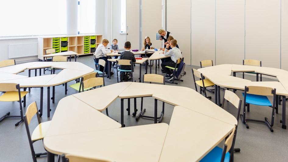 В каждом классе установлены стеклянные двери, что повышает уровень освещенности как классов, так и коридоров. При необходимости помещение можно разбить на две части с помощью складной перегородки. Все кабинеты оснащены мобильной мебелью, которая легко переставляется и регулируется по росту ученика