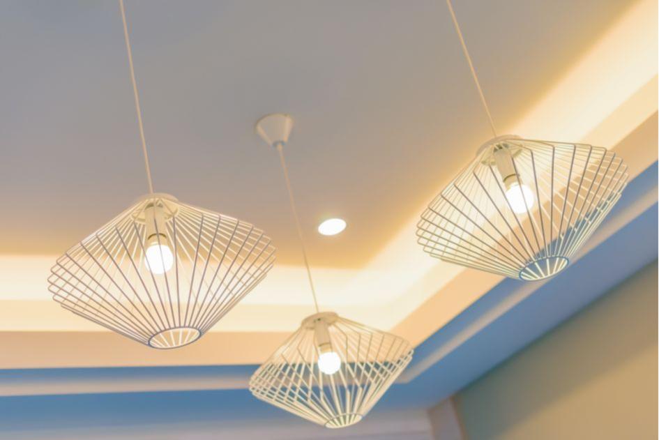 Люстры и светильники на потолке визуальнорасширят стены