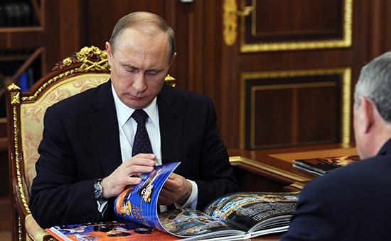 Президент России Владимир Путин и губернатор Калужской области Анатолий Артамонов (слева направо) во время встречи в Кремле