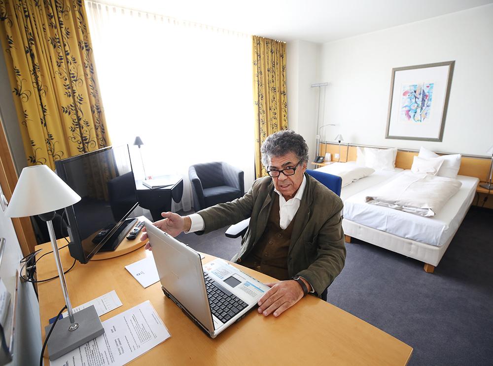 Директор гостиницы Best Western Hotel Mülheim Монцеф Махмуди показывает номер отеля в немецком городе Мюльхайм тем, кто не хочет работать из дома, во время пандемии коронавируса COVID-19