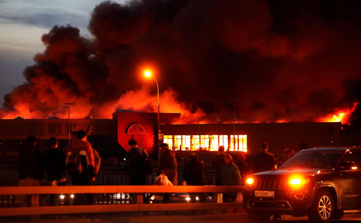 На загоревшемся на северо-западе Москвы рынке «Синдика» обрушилась кровля