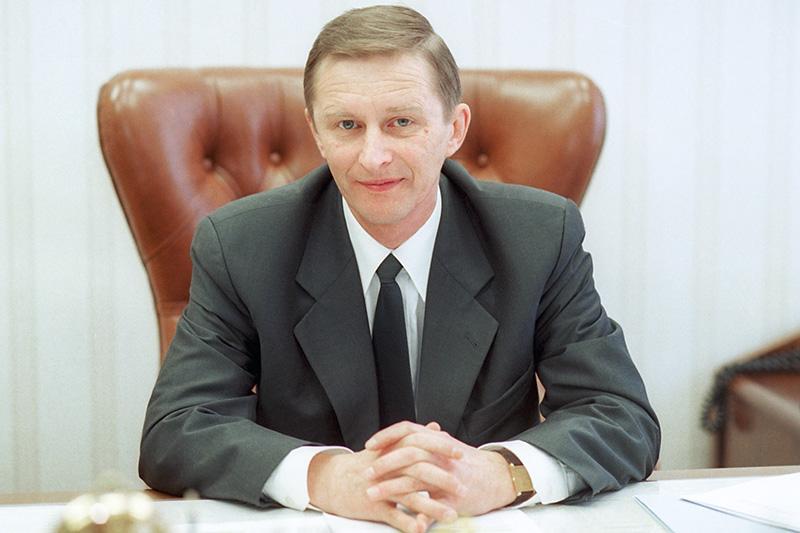 Иванов вполитике  Публичной фигурой Сергей Иванов стал сразу, послетогокакВладимир Путин был назначен председателем правительства, —в1999 году. Знакомого Путина еще послужбе вКГБ (в интервью Иванов признавался, чтосПутиным они были соседями покабинетам вленинградском главке КГБ) вноябре 1999 года назначили секретарем Совета безопасности, гдеон проработал до2000 года. Когда Путин выиграл навыборах президента вначале 2000 года, он сделал Иванова постоянным членом Совбеза.