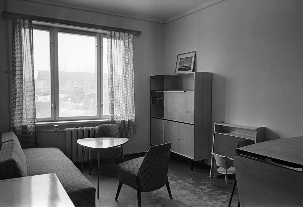 Комнаты в 1960-х  В старых домах были распространены длинные и узкие жилые комнаты шириной около 2,5 м, получившие названия «пенал» или «трамвай». Многие комнаты были проходными  На фото: интерьер жилой комнаты в многоквартирном доме