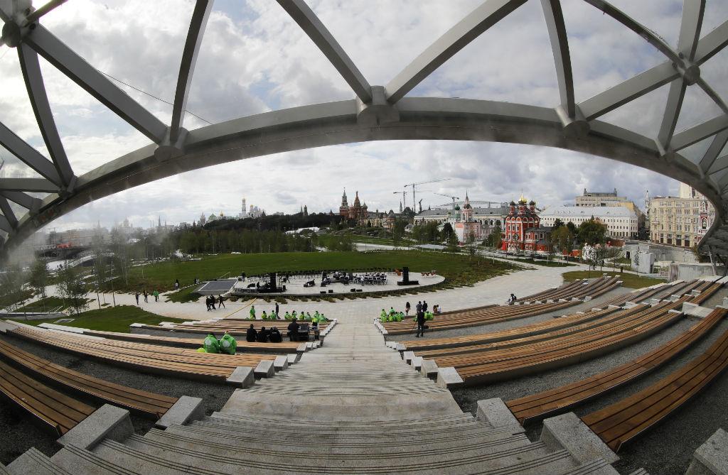На фото: вид на концертный зал на территории парка «Зарядье»