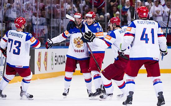 Игроки сборной России по хоккею празднуют забитую шайбу