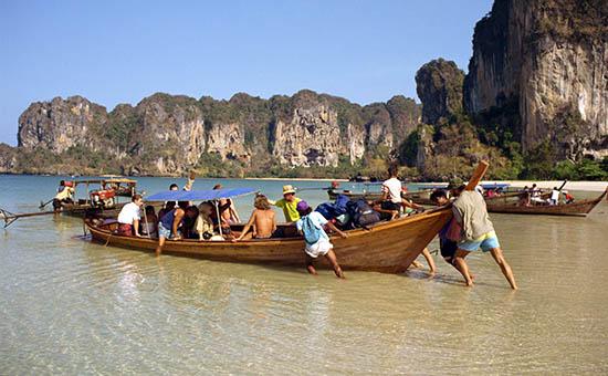 Туристы на пляже вТаиланде
