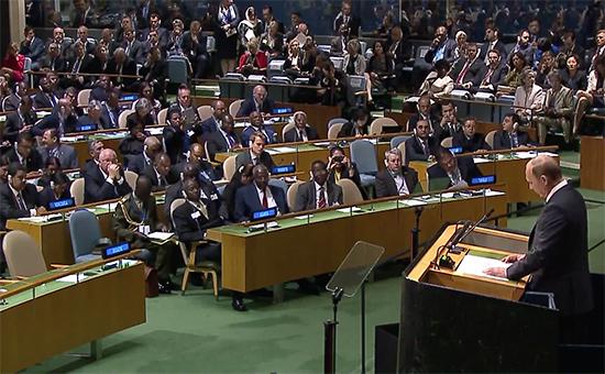 Участники Генассамблеи слушают выступление Владимира Путина. Все, кроме украинской делегации (первый ряд слева).