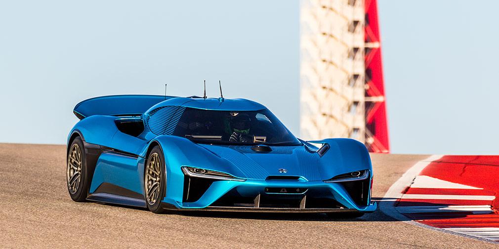 Nio EP9  Китайская NextEV переманивает специалистов компаний Tesla иApple, аее электрический гиперкар Nio EP9 установил рекорд Нюрбургринга— 6 минут45,9с, хотяи совторой попытки. Он одновременно победил вабсолюте, атакже средиэлектромобилей иполноприводных машин. Четыре электромотора всумме развивают 1360л.с. и1480Нм, разгоняя углепластиковый гиперкар до100 км/ч за2,7 секунды. Время разгона до300 км/ч больше, чему Bugatti –15,9с, а«потолок» Nio EP9— 313км вчас.