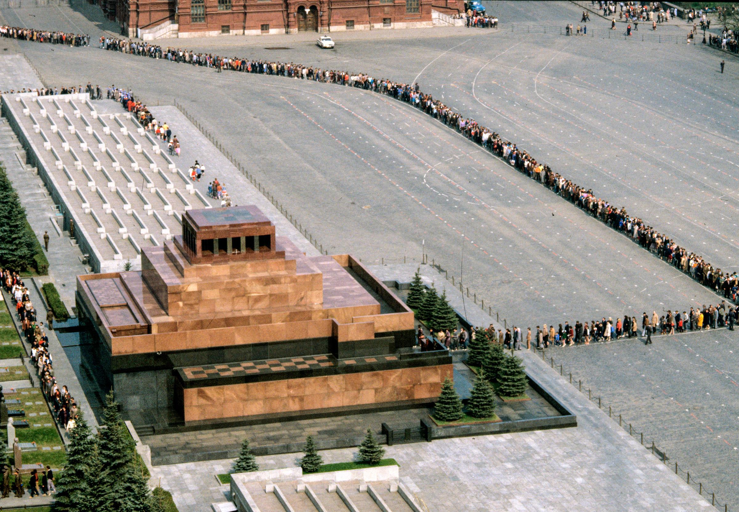 Первый временный деревянный мавзолей был построен к похоронам Ленина 27 января 1924 года за несколько дней. Через несколько месяцев его сменил еще один деревянный, более монументальный мавзолей — появились трибуны, отделка лакированным дубом и саркофаг. Эта постройка существовала до 1929 года.