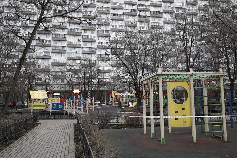 Закрытые из-за коронавируса детские площадки во дворе одного из домов на проспекте Мира