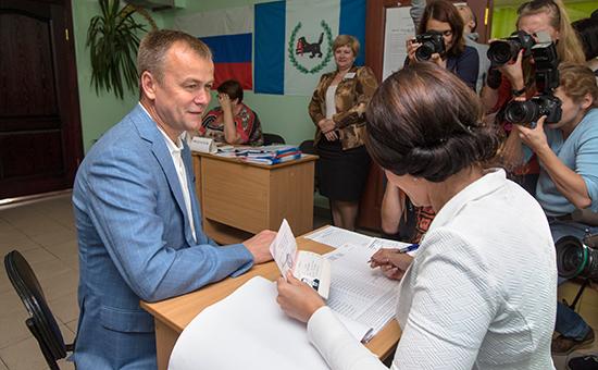 Временно исполняющий обязанности губернатора Иркутской области Сергей Ерощенко вовремя голосования наизбирательном участке навыборах губернатора Иркутской области вЕдиный день голосования