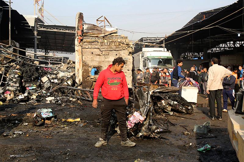 Последствия взрыва на овощном рынке в Багдаде