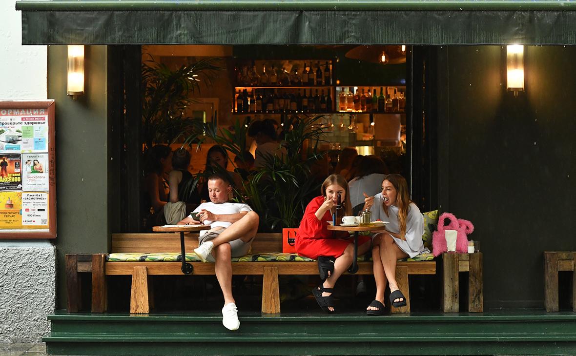 Собянин разрешил ходить в летние кафе без QR-кодов до 12 июля