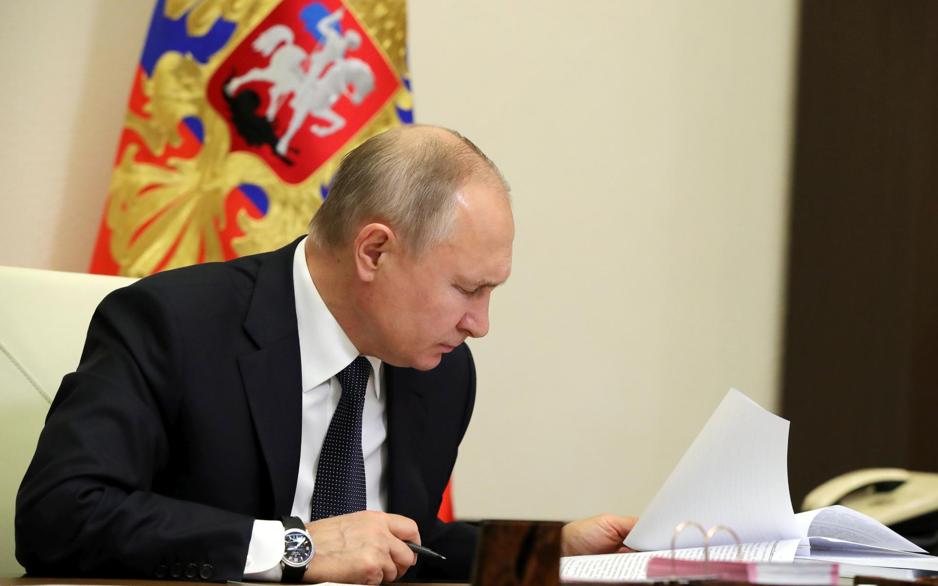 Президент России Владимир Путин во время совместного заседания Госсовета и Совета по стратегическому развитию и национальным проектам в режиме видеоконференции в Ново-Огарево