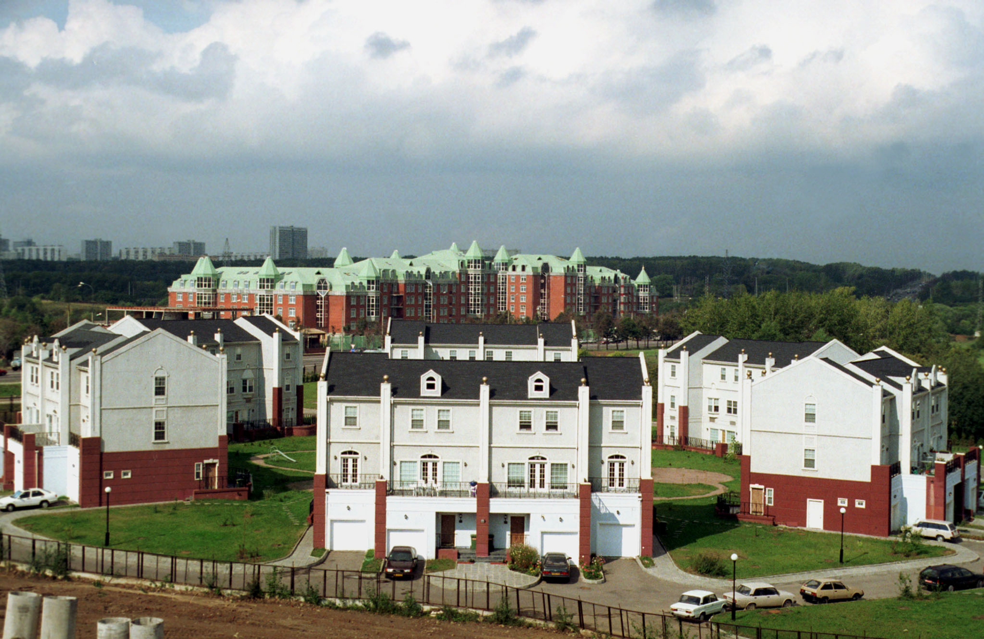 Не все поселки из 1990-хпредставляли собой хаотичную застройку. Один из самых успешных проектов тех лет— коттеджный поселок «Сетунь» на Минской улице в Москве