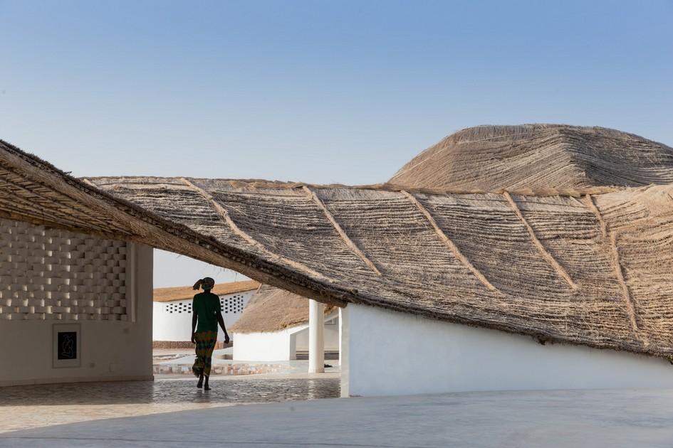 Мори удалось искривить крышу таким образом, что сложная форма кровли позволила собирать дождевую воду, которая затем достается жителям Синтиана