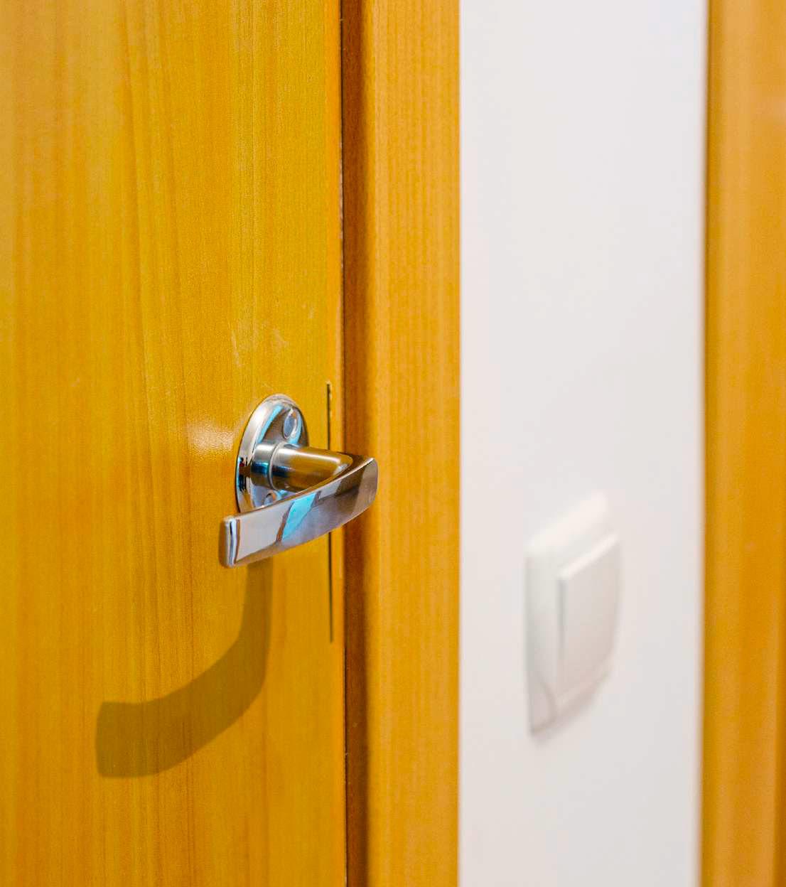 Межкомнатные двери оснащены ручками и фиксаторами замков