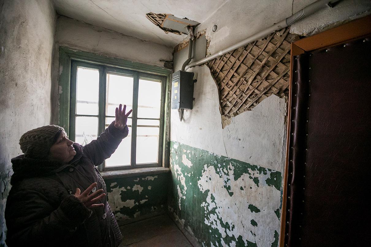 Женщина в подъезде многоквартирного дома, признанного аварийным. Красноярск, ул. Ленина