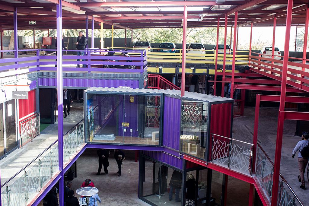 Торговый комплекс, построенный из грузовых контейнеров, открылся в Йоханнесбурге, ЮАР